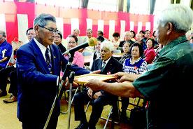 石老連創立40周年記念式典・祝賀会が行われ、功労者が表彰された=4日午後、石垣市老人福祉センター