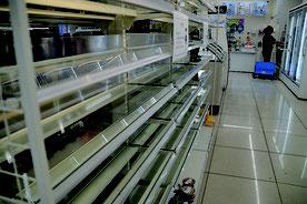 弁当やパンは売り切れとなっていた=13日、石垣市内コンビニ店