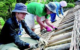 ユッツル編みを体験するワークショップ参加の若者たち=10月26日、竹富島大山家