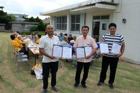 地域事業者に認定された、右から新垣さん、多宇さん、吉田さん=13日午後、久宇良公民館