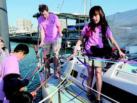 見送りを受け、ヨットで台湾に出発するヴァイズベルク歩華さんら=29日午後、石垣漁港