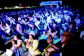 ▶島んちゅカーニバルが開幕した。会場には満員の来場者=15日夜、新栄公園
