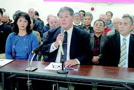石垣市長選に出馬表明する宮良氏(中央)。左は妙子夫人=26日午後、登野城の後援会事務所