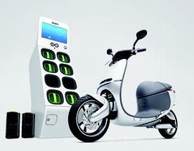 Gоgоrо社の電動スクーターとバッテリーステーション(同社提供)