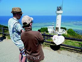 ハート型で、認定証やぱいーぐるが描かれている「恋する灯台」看板が設置された=19日午前、平久保崎灯台
