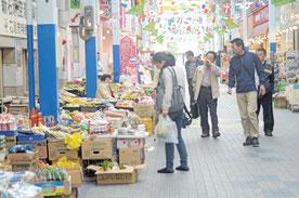 冷たい風を受け、買い物を楽しむ観光客ら=ユーグレナモール