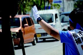 街頭で手を振る市議選の候補者=2日