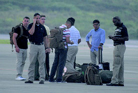 着陸したオスプレイ周辺の米軍関係者たち=29日午後6時ごろ、石垣空港