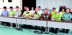 会見する関係者ら。島袋大県議(写真中央左)が委員長になり選考委「さらに輝くとみぐすくを創る市民の会」が立ち上げられた=25日、市社会福祉協議会