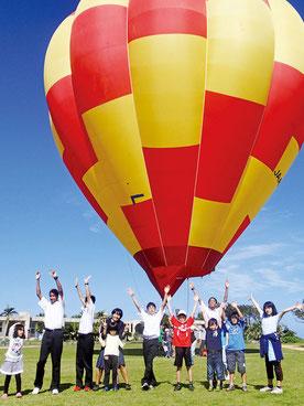 鳩間小中学校で4日に開かれた「気球教室」。児童生徒が体験搭乗した(町提供)