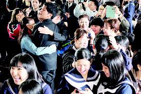 合格を喜ぶ受験生ら=15日午前、八重山高校