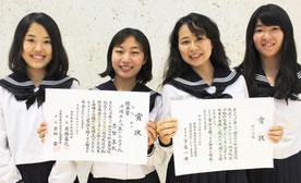 「第61回NHK杯全国高校放送コンテスト」に出場した八重山高校の生徒。古堅真帆さん(左から2人目)は優良賞、平良実里さん(右から2人目)は入選を果たした=25日夜、新石垣空港