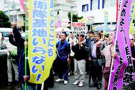 自衛隊配備容認を表明した中山市長に反発し、市役所前に押しかけた反対派=27日午前