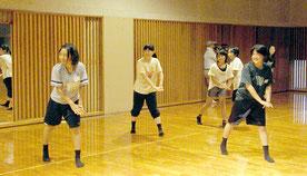 ダンスには、心肺蘇生法の動作を取り入れ、アピールする計画。メンバーで練習に励んでいる=14日夕、市総合体育館武道場