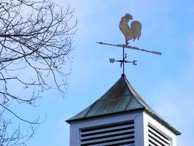 屋根の上に付いている風見鶏の写真