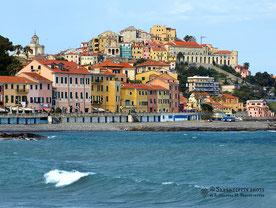 Blick auf die Häuserkulisse von Porto Maurizio in Ligurien, Imperia