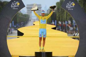 Il celebre Trionfo al Tour del 2014 celebrato dvanti all' Arco di Trionfo a Parigi