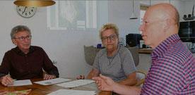 Heinrich Schewe (rechts), Ruth Egelkamp und Hans Edelmann überlegen gemeinsam, wie sie weiter vorgehen wollen. Sie haben alle Widerspruch eingelegt gegen die Genehmigung zur Abbauänderung auf dem Plettenberg.  Foto: Visel