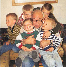 "Der ""Coolste Opa Kärntens"". Heribert Riedler im Kreise seiner 5 Enkel"