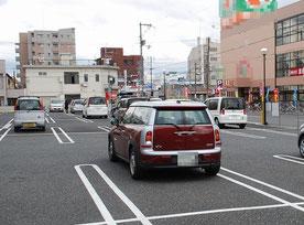 駐車場 逆行する車