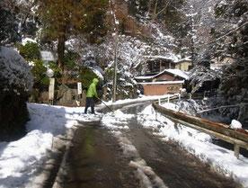 雪を掻きだすため車道に出てくる歩行者