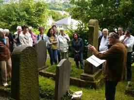 Führung mit Hartmut Hosenfeld auf dem Jüdischen Friedhof in Attendorn