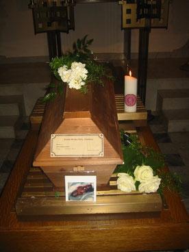 Bei einem unkremierten Begräbnis ist der Sarg am Fussende mit den Daten des Bestatters und den Daten des Verstorbenen zu beschriften.
