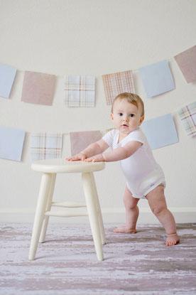 haptonomie postnatale, bébé se lève avec un tabouret en bois