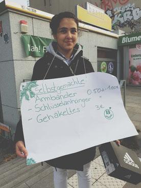 Sema im Verkaufsfieber mit spontan improvisiertem Werbeplakat