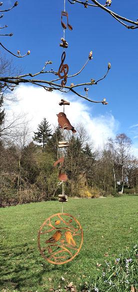 Rostgirlande am Gartenhäuschen mit Holzvogel und Rostkrone am Gartenhaus aufgehängt- der Blickpunkt vom Wohnzimmer aus.