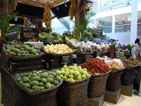 高級スーパーマーケットの果物売り場