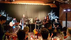 schöne Maid mit schönen Musikern