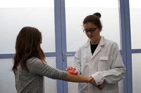 Eine Fachangestellte Gesundheit reinigt den Unterarm