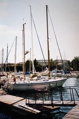 Die SY Merlin im Hafen von Pula in Kroatien vor Anker.