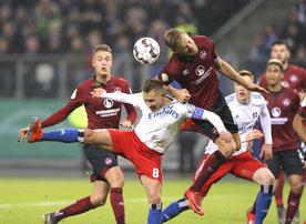 Lewis Holtby   gegen Hanno Behrens (Nürnberg) – Foto: CB