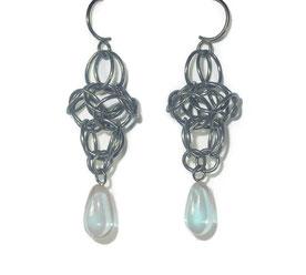 Vintage Ohrringe aus Silber mit chanchierendem Glastrofen in graublau