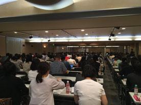 約250名の受講生が熱心に聞き入っていました。