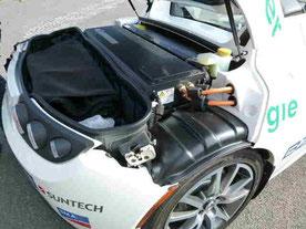 Optimierte Stromspeicher Batterien Foto US Amerikanisches Elektroauto der Handelsmarke Tesla Foto Solarstrom Simon