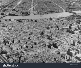 1945年 米軍爆撃機B29の東京集中爆撃によって焼け野原となりました。
