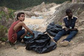 Rafael et Gardo, deux ados des bidonvilles, sur la piste d'une étrange affaire (©Universal Pictures International)