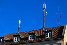 Mobilfunk-Sendeanlagen auf dem Dach eines Mehrfamilienhauses