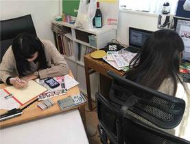 写真:和歌山工業高校のインターン実習生2名がm art space社内でデザイン実習中