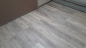Parquet flotant PVC imitation bois de couleur grise par FMA Menuiserie