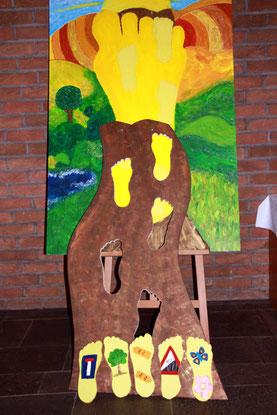 """""""Wir wandeln in Gottes Spuren"""", ideenreich setzten Kommunionskinder und Katecheten das Motto in ihrer Installation um"""