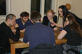 Spieler/innen im kleinen Konferenzraum