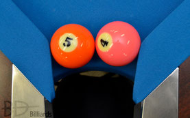 試合テーブルの穴の幅はボール2個ギリギリないぐらい