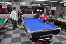 左から隼斗プロ、お店のお客さん、梅木プロ。空クッションゲームで遊んでる風な絵です