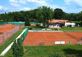"""Unsere schöne Tennisanlage liegt  direkt beim Campingplatz im Naherholungsgebiet """"Grütt"""".  Auch das Parkschwimmbad ist nur wenige Gehminuten entfernt und der Grüttpark lädt zum Joggen, Skaten, Fuß- und Basketballspielen, Spazieren und Entspannen ein."""