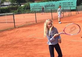 Speziell für Euch, liebe Kids, haben wir 3 Kindertennisplätze angelegt, auf denen Ihr spielend leicht Tennis lernen könnt. Also Ratz, Fatz - Rauf auf den Platz!