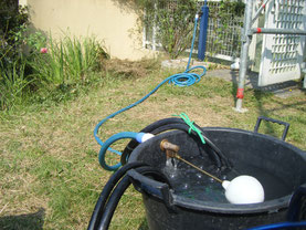 高圧洗浄時使用。溢れ出し防止機能搭載バケツ。(有)岩津塗装
